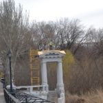 Ремонт кровли беседок на подходе к пешеходному мосту в парке им. А.С. Щербакова