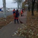 Работы по ручной уборке дорог и тротуаров от опавшей листвы продолжаются.